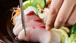 旬を味わう鮮魚のお造りは、本日のおすすめ揃いの盛り合せが人気