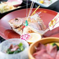 各種お祝いに「祝い鯛の塩焼き」をご用意。コース内容は応相談。