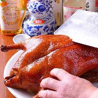 職人の手捌きが光る北京ダックなど高級食材を使用した逸品の数々
