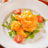 プリプリの食感!売れ筋メニューの「海老のマンゴーマヨソース」