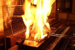 炭火で豪快に焼き上げます。臨場感あるカウンター席で!