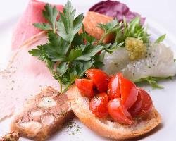 毎朝シェフが柳橋市場で厳選する、新鮮な魚介類や野菜を使用。