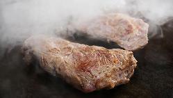 豚平焼きなど居酒屋メニューの他、和牛ステーキや海鮮も鉄板焼で