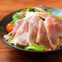 ●サラダ● あいち鴨生ハムをのせたちょっと珍しいサラダが人気