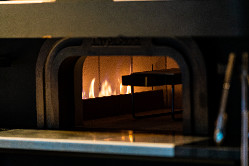 【遠赤外線】 フランス産白煉瓦の石窯でジューシーに焼き上げる
