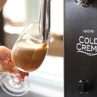 【アイスコーヒー】 キメの細かい泡が立つ専用サーバーで注ぐ