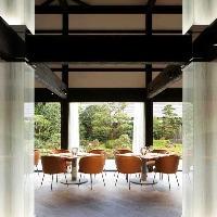 【抜群の雰囲気】 大きな窓からは日本庭園をゆったり眺められる