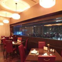 夜景の見える窓際のお席はデートなどのディナーに最適です。