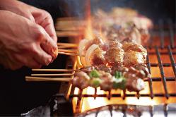 【炭火で焼き上げる】 串焼きも1本からご注文いただけます