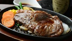 ステーキの王様サーロインは黒にんにくの効いた和風ソースが人気