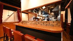 ライブ感満載のオープンキッチンで仕上げる鉄板焼きが自慢