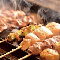 比内地鶏の串焼や20種あるトッピングつくねは備長炭で焼きあげる