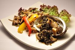 天然国産アワビなど、こだわり食材を自慢の鉄板焼きで是非。