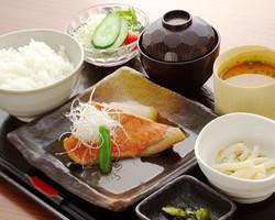 ランチの煮魚定食も大好評♪ (※土曜日・祝日は除く)