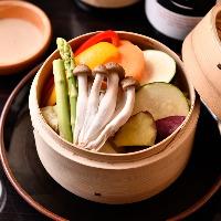 【いろいろ野菜のまんま蒸し】 野菜の滋味あふれる一品