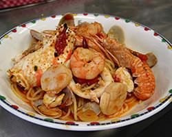 スカンピ、タラバガニ入り特製ペスカトーラ。
