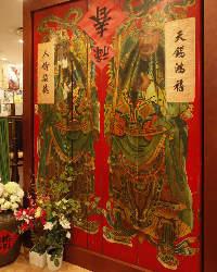 入口には100年以上昔の門神がお出迎え。台湾にタイムスリップ