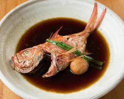 水と醤油のみで作る銀平の煮魚は、旬魚の旨味を存分に堪能できる