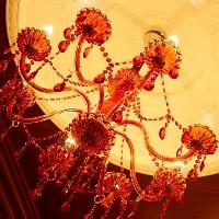 ベネチアンガラスを使用したシャンデリアが大人の空間を演出。