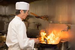菅沼料理長の爆香(バウヒョン)の技をご堪能ください