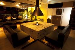店内中央に据えられた暖炉。 特別感たっぷりの席です。