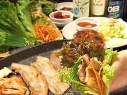 当店のサムギョプサルはすべて国産の厚切り肉!お野菜もたっぷり