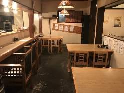 カウンター4席。 テーブル3席。座敷6席。