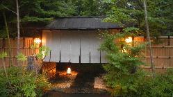 竹林の中打ち水された 石畳を踏みしめ、風情ある奥座敷へ