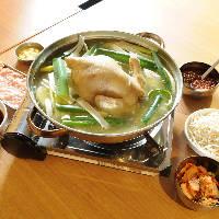 鶏を丸ごと1羽煮込んだ、韓国の水炊き鍋「タッカンマリ」