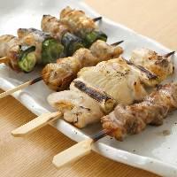 紀州備長炭で焼く自慢の厳選地鶏の串焼きは絶品