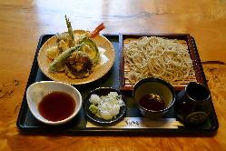 季節の野菜天ぷらが楽しめます。今は春の木の芽をどうぞ。