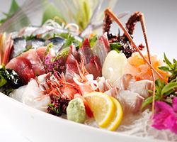 富山湾の新鮮な魚介類をはじめ、 旬素材を使ったメニューが充実