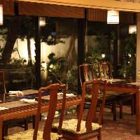 日本庭園を眺めながらお食事ができる開放的なテーブル席。