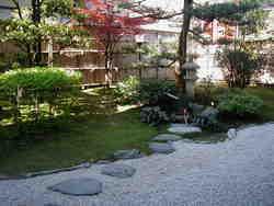 個室から眺める風情溢れる日本庭園