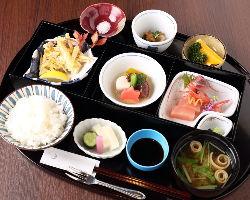 伝統の会席料理が親しみやすい価格で堪能できる。