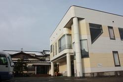 和風の本館、新館の「サンステージ」があります
