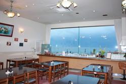 レストラン「マリーナ」は海が見える明るい食事処です