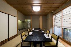 坪庭を望む二階個室 全5部屋はご人数に応じてご用意