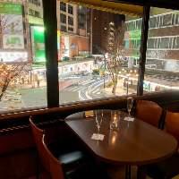 【夜景】 片町スクランブルを一望できるテラス席は窓際が人気