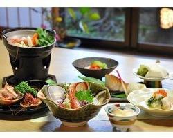 四季折々の旬食材を使い、職人技で料理を仕立てます。