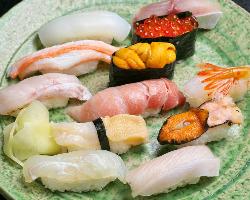 自慢の握り寿司は、朝市から仕入れた新鮮ネタ!