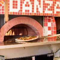 【ピザ窯で焼くピッツァ】 出来立てのアツアツを召し上がれ!