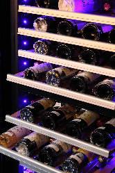 ソムリエの店主が厳選したワインを多数取り揃えております