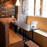 【寛ぎの店内】 使い勝手抜群のテーブル席が多数ございます