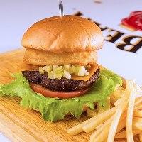 【当店人気】 和牛の味で勝負!特製バーガーはオススメです!