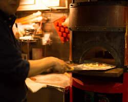 ピザ窯で焼いた熱々のピザをどうぞ!
