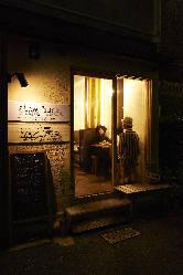 暖かな光が洩れる外観。お店は尾山神社のすぐ近く!