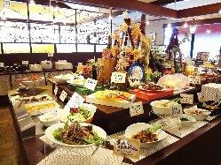 店内中央には前菜・サラダや 和風惣菜、デザート等も!!
