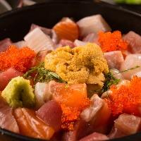鮮度抜群の魚介類をふんだんに使用した名物若旦那丼。