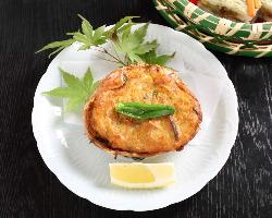 甲羅の中にはカニ身と野菜をぎっしり詰めて。食べ応えたっぷり!